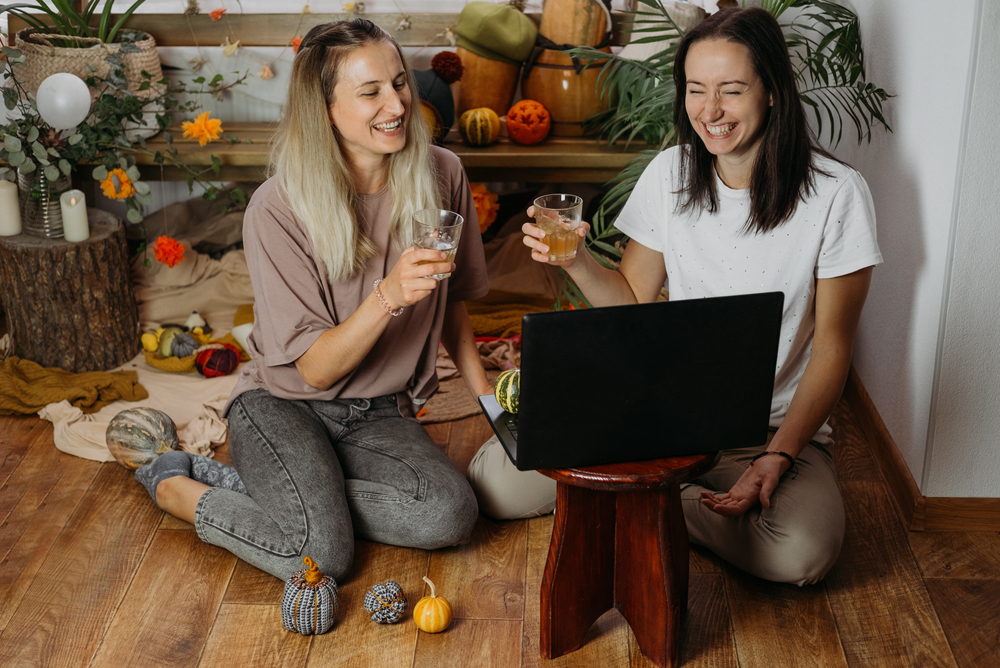 featured image showing two young women enjoying a virtual Thanksgiving party